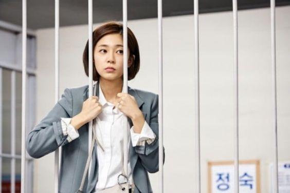 "Baek Jin Hee Is Locked Up In A Holding Cell In ""Feel Good To Die"""