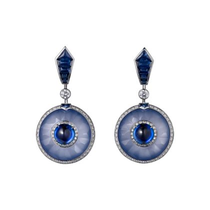 CARTIER High Jewelry earrings Earrings - platinum, 2.29-carat and 2.31-carat sugarloaf-cut Ceylon sapphires, carved chalcedony, sapphires, brilliant-cut diamonds.