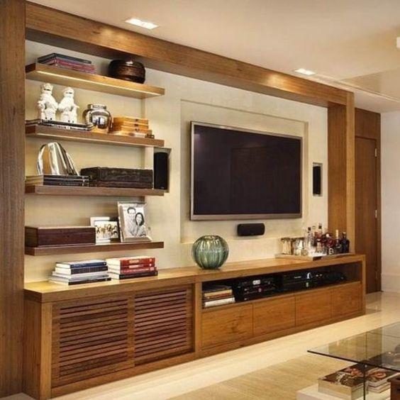 Decoração rústica para sala de estar com estante de madeira com TV e prateleiras anexas a ela. #estantes #decoracaodecasa #saladecorada #estantesparasala #moveis #saladeestar #salarustica