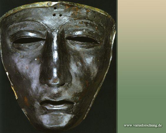 Die eiserne Helmmaske aus den Grabungen bei Kalkriese ist heute der nachweislich älteste Fund zu einem römischen Maskenhelm; 9. n. Chr.
