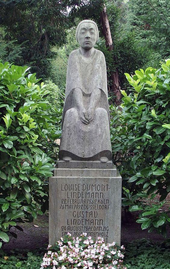 Ernst Barlach (1870-1938) - Grabstein Louise Dumont, Gustav Lindemann, Nordfriedhof Düsseldorf (1932)