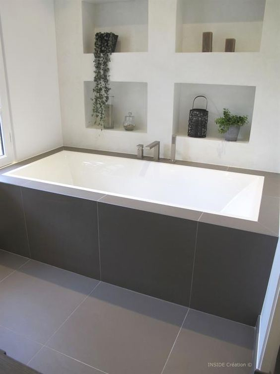 Salle de bain tuile and bain autoportant on pinterest for Rangement baignoire