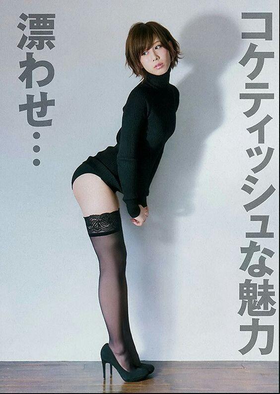ハイネックを着たお尻を突き出している大家志津香の画像