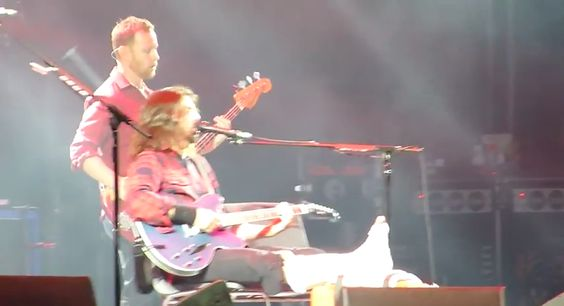 Foo Fighters singer Dave Grohl breaks leg during concert (Video) Dave Grohl  #DaveGrohl