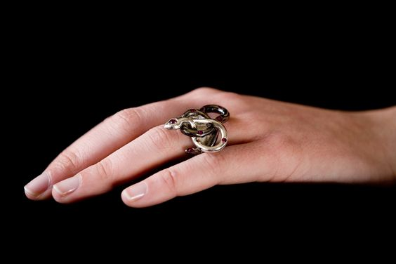 Anello argento, rodio nero e rubini
