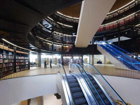 """La Biblioteca Birmingham es descrita como la biblioteca pública más grande en el Reino Unido, el espacio público cultural más extenso en Europa, y la biblioteca regional más grande en Europa. La biblioteca utiliza un """"sistema de fuente de tierra de capa acuífera"""" para reducir el consumo de energía. La aguas subterráneas frías son bombeadas desde dentro de la tierra y usadas en el sistema de aire acondicionado."""