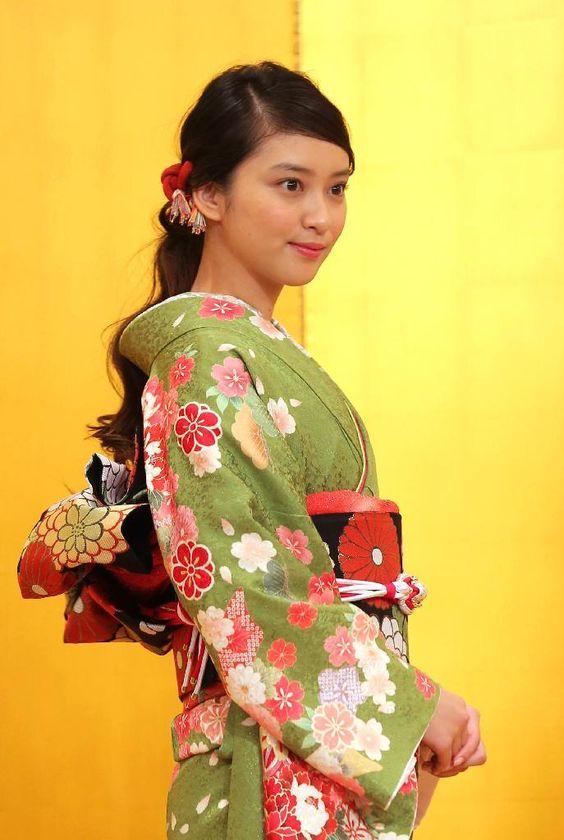 鶯色の花柄の着物を着ている武井咲