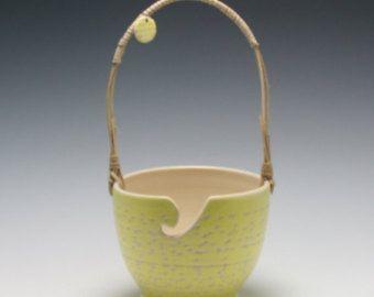 La main céramique fils bol, tricot, & blanc jaune doux avec texture sculpté et Reed et canne poignée/céramique et poterie