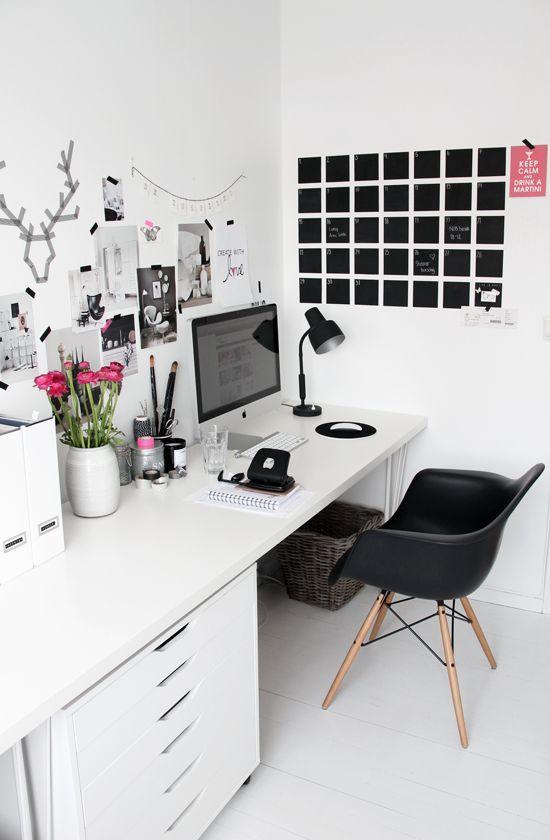 Le noir et blanc fait ressortir les lignes épurées du bureau.: