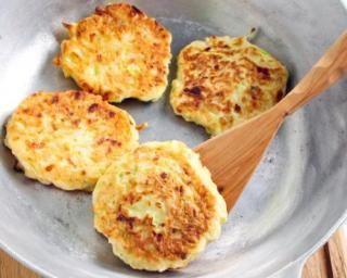 Galettes de pommes de terre légères à la ciboulette : http://www.fourchette-et-bikini.fr/recettes/recettes-minceur/galettes-de-pommes-de-terre-legeres-la-ciboulette.html