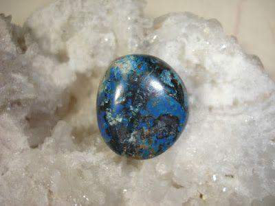 Azurita  Azurite o Azurita:(Azul de cobre). Mineral de cobre. [Cu3(CO3)2(OH)2]. Carbonato básico de cobre.Cristaliza en el sistema monoclínico. En masas o en costras de superficie botrioidal y aterciopelada. A veces en cristales prismáticos tabulares o cortos. Carbonato hidratado de cobre de color azul claro a oscuro. Brillo vítreo u opaco. Mohs: 3 1/2 a 4.  Usos:ayuda a relajar las tensiones emocionales y nerviosas. Es admirable en personas con stress alto. Médicos sanadores terapeutas…