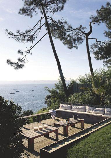 Vue panoramique depuis cette terrasse en bois. Plus de photos sur Côté Maison. http://petitlien.fr/7fck