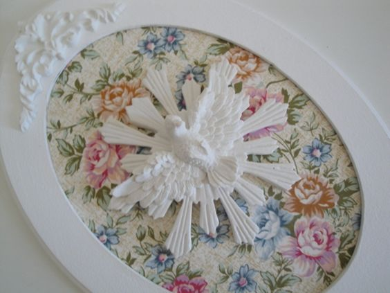 Quadro Oval branco com aplicação de tecido e Divino Espirito Santo <br>Dimensões do produto:32-A x 22.5-C <br>***Antes de efetuar a compra,confira as medidas do produto, para confirmar se atende suas necessidades***