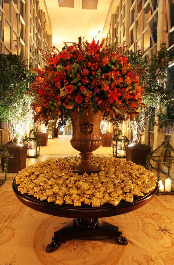Quero uma mesa assim para os bem casados no hall de saida da festa (mas com flores brancas)