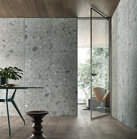 Vela door with magnetic closing profi le, brown aluminium frame and rifl ettente chiaro glass.