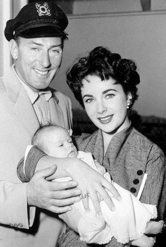 Elizabeth Taylor with her 2nd husband Michael Wilding and their son Michael, 1953 © Sipa