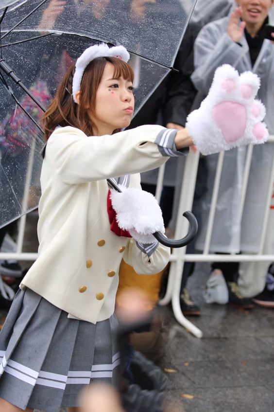 猫の手袋をつけた斉藤朱夏