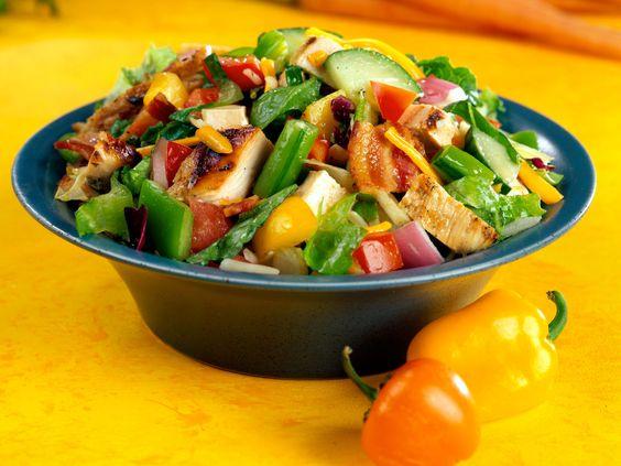 Découvrez la recette Salade cubaine sur cuisineactuelle.fr.