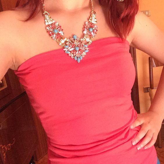 Top corallo semplice abbinato con collana a girocollo a fiori rosa e azzurri. #top #outfit #accessories #style #collana #coral #jewerly #piazzaitalia #shirt