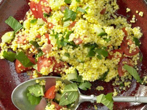 Hirsesalat mit Gurke, Minze und Tomaten: Kieselsäure in der Hirse wirkt sich auf Haare aus, sorgt für ein gesundes Hautbild und Bindegewebe.