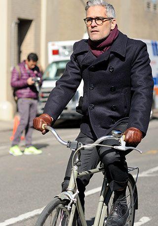 寒さをしのげるPコート(ピーコート)は秋の自転車通勤にも活躍。 ただ、そのままでは少々寒いので首元にマフラーや、防寒性の高いレザーグローブを合わせると、より快適にオシャレに通勤可能です。 特にオシャレを気にしている男性にはピッタリの通勤スタイルですね。