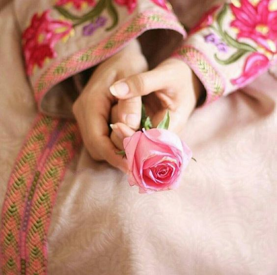 Khadįja Nađeem Hands Holding Flowers Love Rose Flower Girls Nails