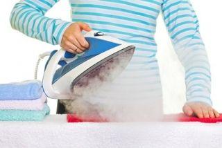 Astuce pour détartrer le fer à repasser Remplissez le réservoir du fer à repasser avec un mélange moitié eau moitié vinaigre. Branchez aussitôt votre fer et mettez-le sur position « vapeur ». Faites sortir un peu de vapeur. Éteignez-le et laissez agir le vinaigre blanc pendant au moins 1 heure. Pour finir, videz le réservoir et rincez-le avec de l'eau.