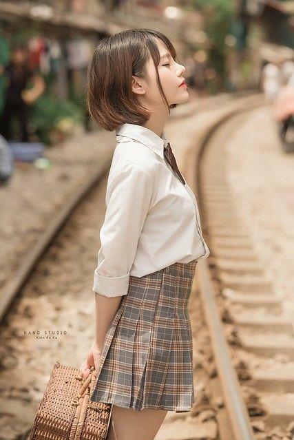 制服美少女 站在鐵軌冥想,好危險啊》Cute Girl Pretty Girls 漂亮、可愛