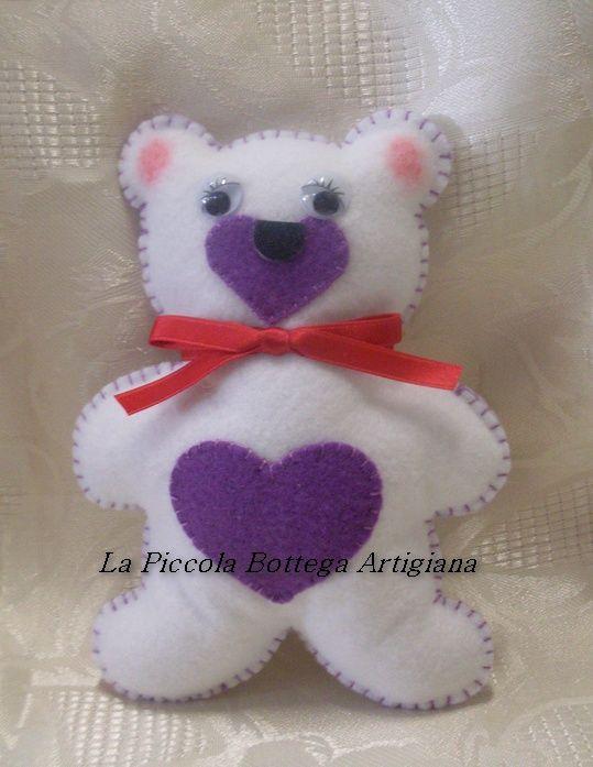 Orsetto in panno lenci bianco con pancino e musetto in panno lenci viola ed occhietti in plastica mobili