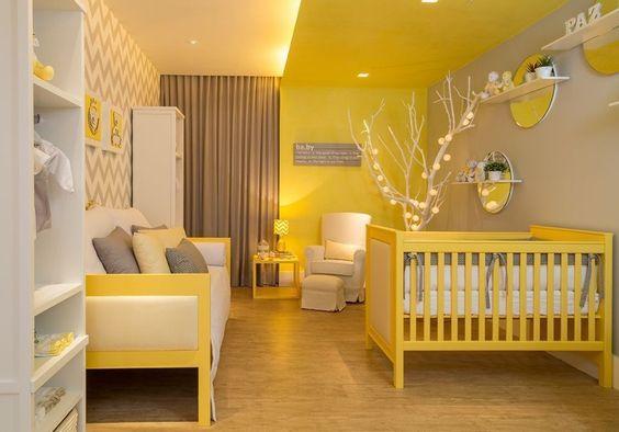 Projetado por Flávia Nasr e Laísa Carpaneda, o quarto de bebê tem 20 m², com o predomínio de tons cinza, branco e amarelo como bases neutras. Destaque para o papel de parede com padrão geométrico