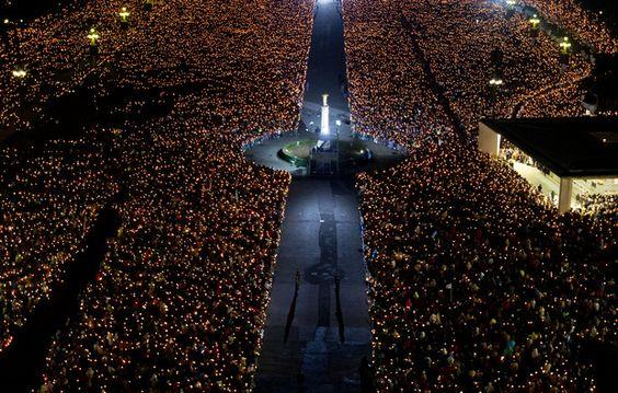 Milhares de fiéis iluminam Fátima