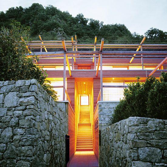 Das Apartmenthotel Pergola Residence nahe Meran in Südtirol wurde von dem italienischen Architekten und Designer Matteo Thun entworfen. Die Architektur der Per