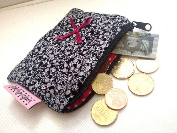 Kleiner Geldbeutel aus Baumwollstoff, der garantiert in jede kleine Handtasche passt!   Das normale Visitenkarten-/ EC-Karten Format passt in diese Tasche  Hier findet ihr weitere Taschen aus...