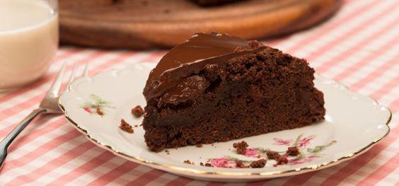 Da schlagen die Schokoherzen höher: saftiger Schokoladenkuchen – vegan, also ganz ohne tierische Produkte und ganz einfach nachzubacken.