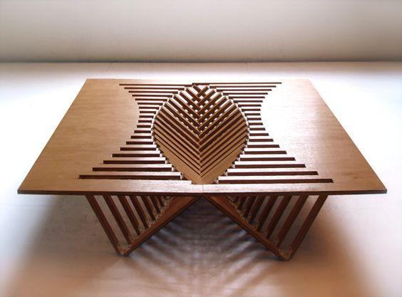 Una mesa que se eleva - buen diseño, aunque algo incómodo si quieres poner un centro de mesa.