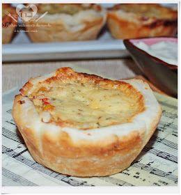O melhor restaurante do mundo é a nossa Casa: Tortinhas folhadas com recheio de frango e cobertura de iogurte e queijo
