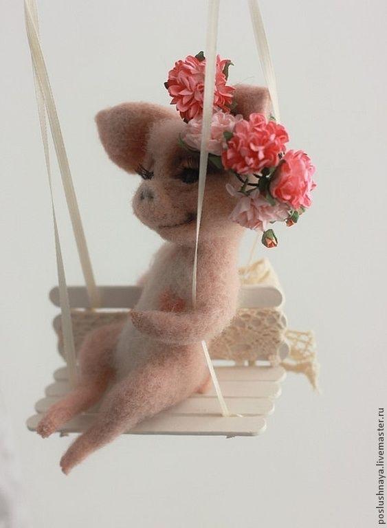 Свинка на качелях подвеске - бежевый,поросенок,свинка,весна,венок,качели
