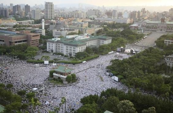 Hundreds of thousands of people take part in a demonstration in front of the Presidential Office in Taipei August 3, 2013. REUTERS/Steven Chen