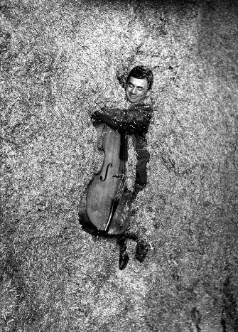 Robert Doisneau ( La Musique) - Maurice Baquet - Le fantassin dans la paille 1957