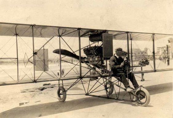 """A Curtiss D """"headless pusher"""" biplane"""