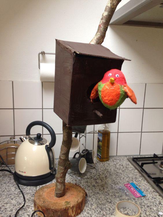 Surprise voor vogel liefhebber Kartonnen doos als huisje.vogel van papier maché op waterballon.