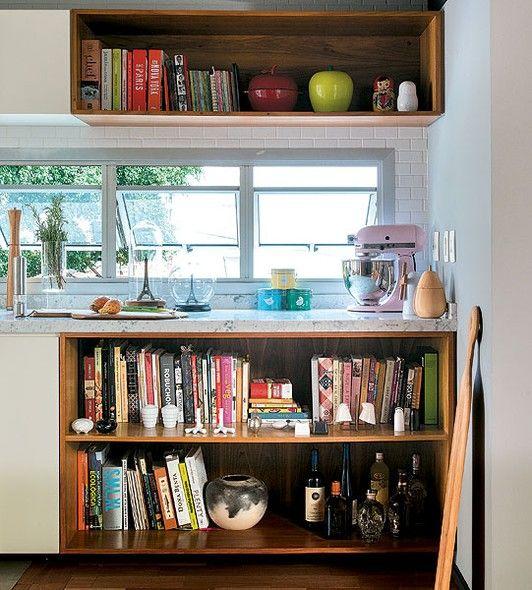 A bancada que integra a sala e a cozinha do arquiteto Marcelo Nunes ganhou ares de estante com muitos livros e objetos de decoração. Os exem...