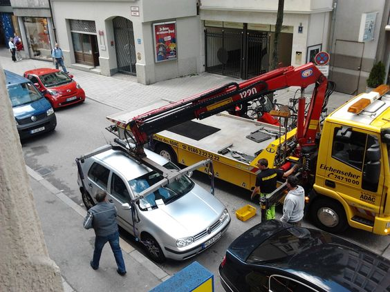 This tow truck in Munich PICKS UP THE CAR