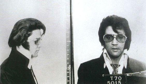 ELVIS PRESLEY    - Motivo: Nenhum. Ele tirou as fotos de brincadeira durante uma visita ao FBI.  @Donna