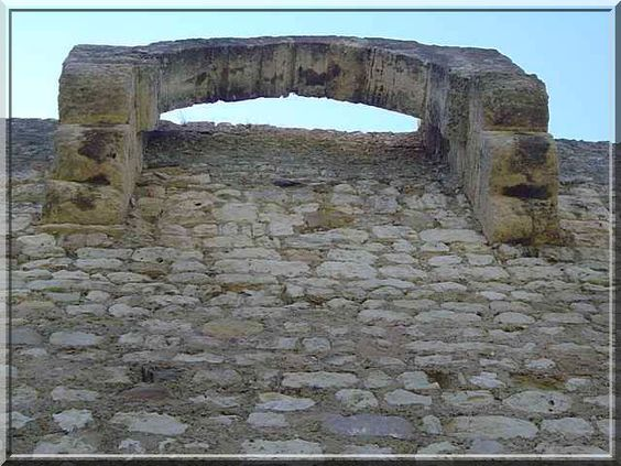 Bretèche ou mâchicoulis ?... C'est l'un des mystères qu'il faut résoudre lors d'une visite du château d'Armissan proche de Cazeneuve