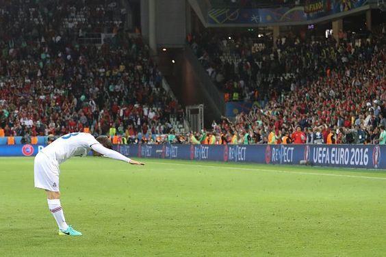 Bjarnason saudando a torcida após o histórico empate contra Portugal.