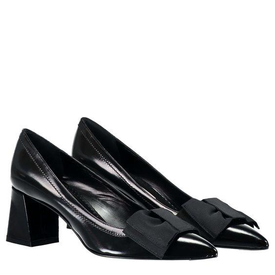 ROBERTO FESTA Lederpumps mit Schleifenapplikation ► Die Pumps von ROBERTO FESTA überzeugen mit hochwertiger Verarbeitung und angenehmen Tragekomfort, dank Fußbett aus reinem Leder. Das feminine Design wird durch die spitz zulaufende Silhouette und der Schleifenapplikation auf der Schuhspitze gekonnt abgerundet. Eine stilvolle Ergänzung für verspielte, elegante Looks.