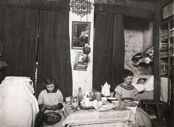 Interieur van een kamer uit 1914 waarin man vrouw en zeven kinderen wonen de woning is in de - Decoreren van een volwassen kamer ...