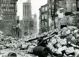 tireur d'élite britannique pose pour le photographe dans les ruines de la rue Montoir-Poissonnerie, Caen, le 9 Juillet 44