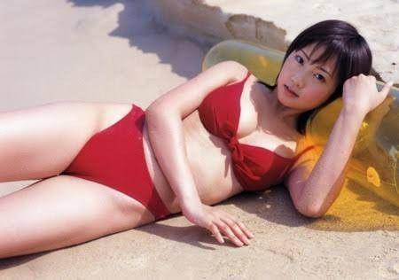 赤いビキニの木南晴夏